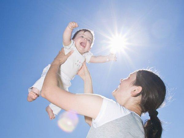 Tắm nắng cho trẻ vào thời điểm nào tốt nhất? Nên tắm trong bao lâu?